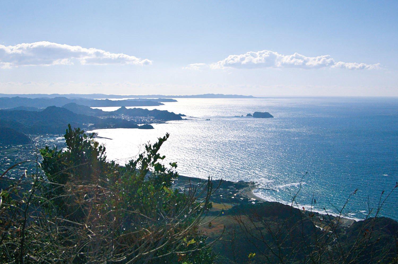 ローブウェー山頂駅の展望台から保田の海岸線を望む。