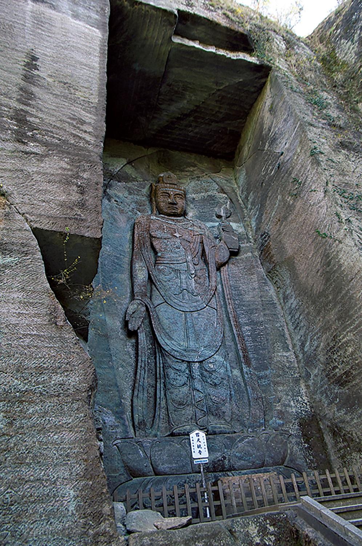 高さ30mの百尺観音。戦没者、交通事故の犠牲者の供養のために1960年代に石切り場跡に彫られた。