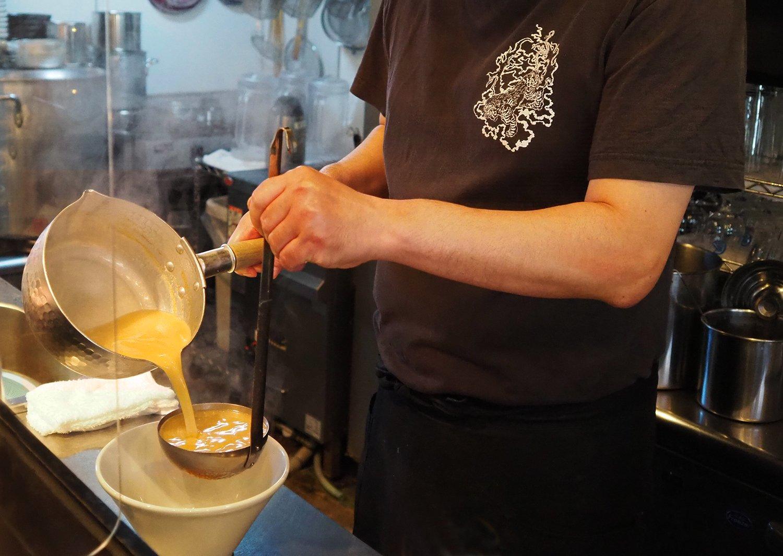 お店は喜田さんひとり対応、トロリとしたスープが注がれると匂いがキュンと胃袋を刺激する。