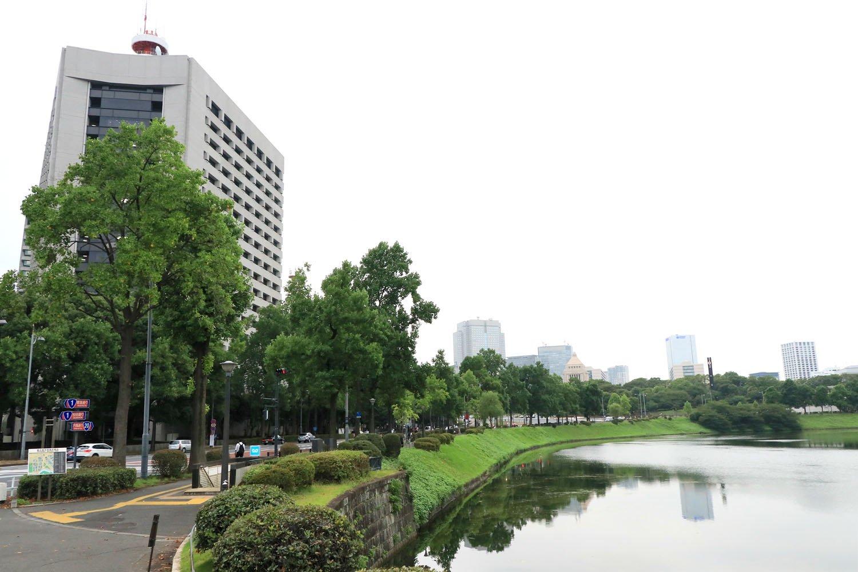 右奥の緑地から伸びる時計塔あたりが、かつての彦根藩江戸上屋敷。