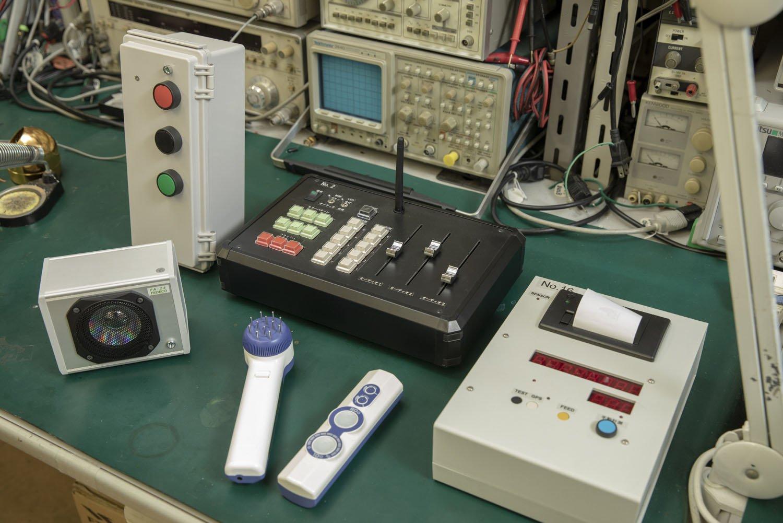 駅の発車ベルの押釦システム(左上)や、ステレオFM放送装置(中上)などの製作物。