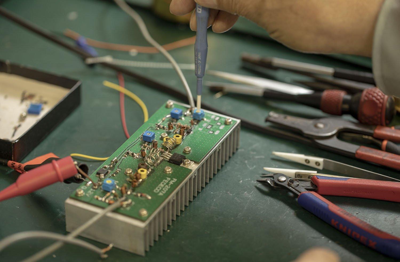 無線の電波を調整中。大手企業からの受注、60台以上の開発機器がスゴイ!