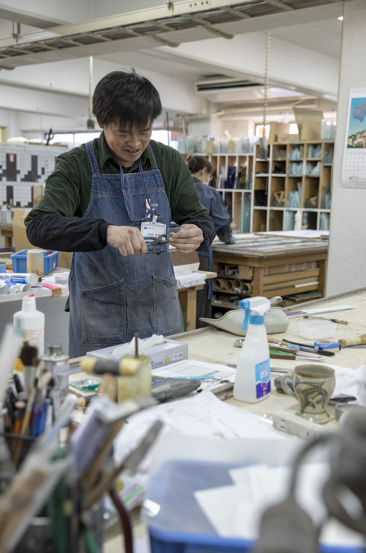 職人の小田切さん。ガラスを割りとる。