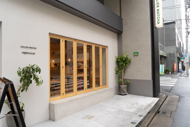 天気や時間帯によって、窓が開く縁側。開放的な雰囲気のせいか、近隣に住む人たちもよくドリンクを買いにくる。