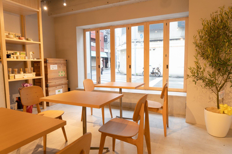 店内は広々と明るい。縁側と呼ぶテラスでは、犬を連れたお客さんが座って抹茶を飲む姿もしばしば見られる。