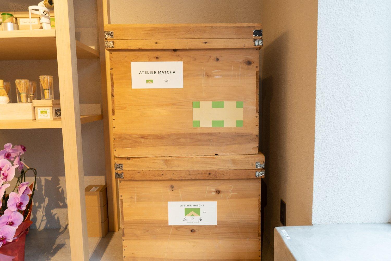 『山政小山園』で長年使われていた茶箱。店のインテリア兼収納として使われている。