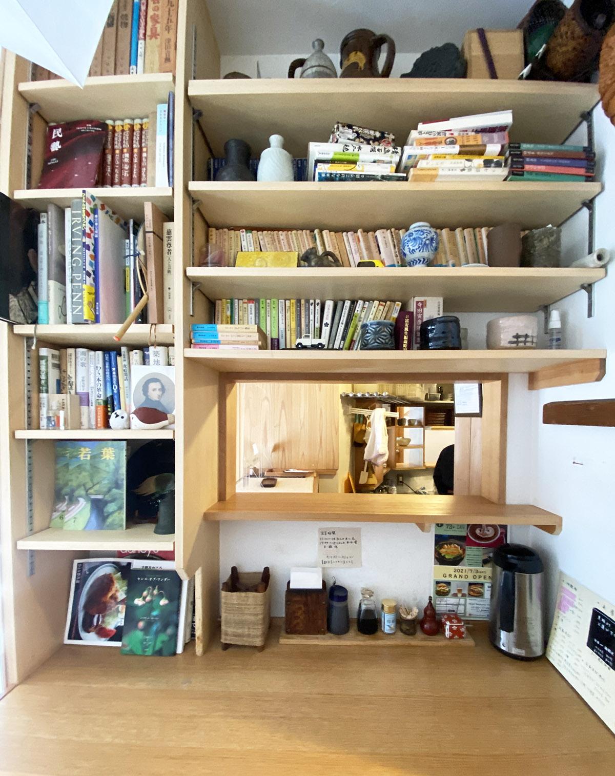 本棚がある席も人気だ。気になる文庫本を手に取る人も。