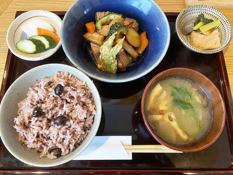 カツオとヤサイ煮1500円。