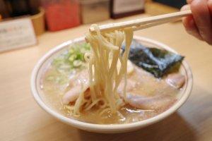 板橋ランチ_空ノ色王子店_淡口豚骨ラーメンの麺1500pix