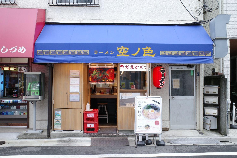 店の前には「淡口豚骨」の看板がある。入り口の右手にはお肉の切れ端を具材にした『かえでパン』も併設。