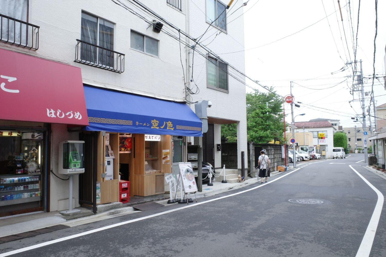 """店のすぐ上の階は住居のようだ。面する道の幅も広くはない。スープには""""暮らしの場""""で商う『空ノ色』の気配りが込められている。"""