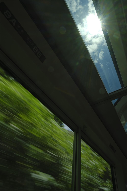 大きく取られた側面の窓と、各車両の両側に設けられた天窓が空間を広く感じさせる。