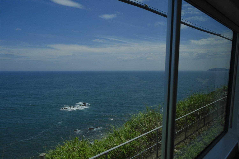 伊豆多賀から南は要所で視界が開け、大海原を一望。この日は初島も遠望できた。