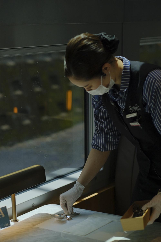 カトラリーも上質な雰囲気。敷き紙や紙コップは同列車のロゴ入り。
