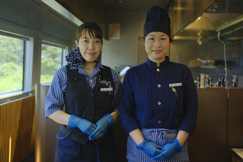 サフィール踊り子の色味と合わせたアテンダントと調理スタッフの制服。※撮影のため、マスクを外しました