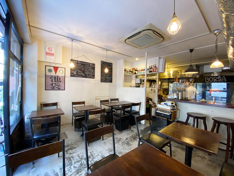 温かい雰囲気の店内。オープンキッチンを一望できるカウンター席も人気だ。