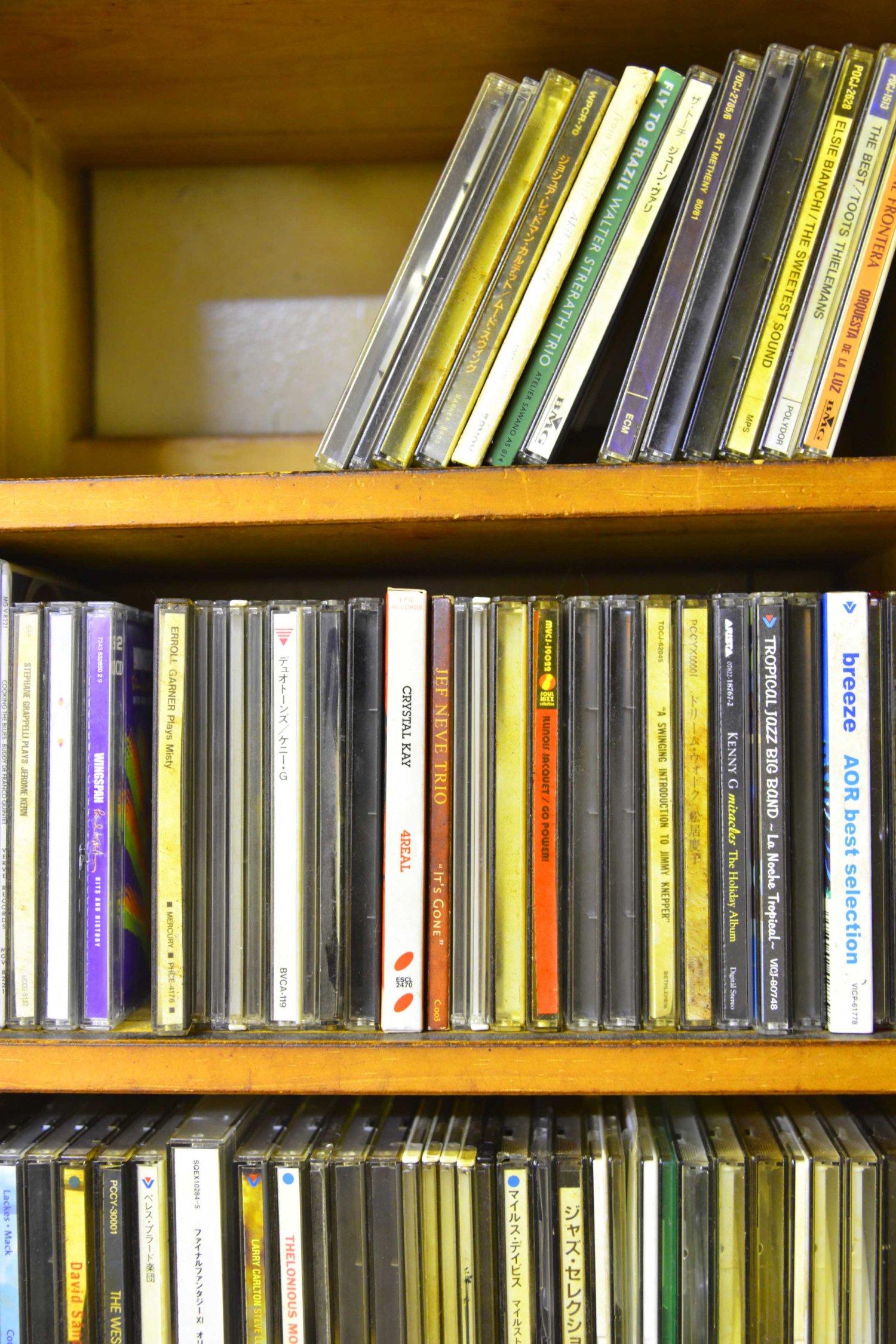 コレクションが渋いジャズのCD棚。