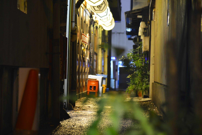 いわゆるミロの路地から入る。喫茶「ミロ」も消えて久しいが。
