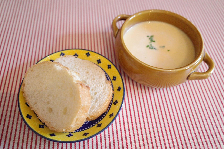 その日おいしい野菜を使いたいからスープは日替わり。料理の邪魔をしないパンもいい感じ。