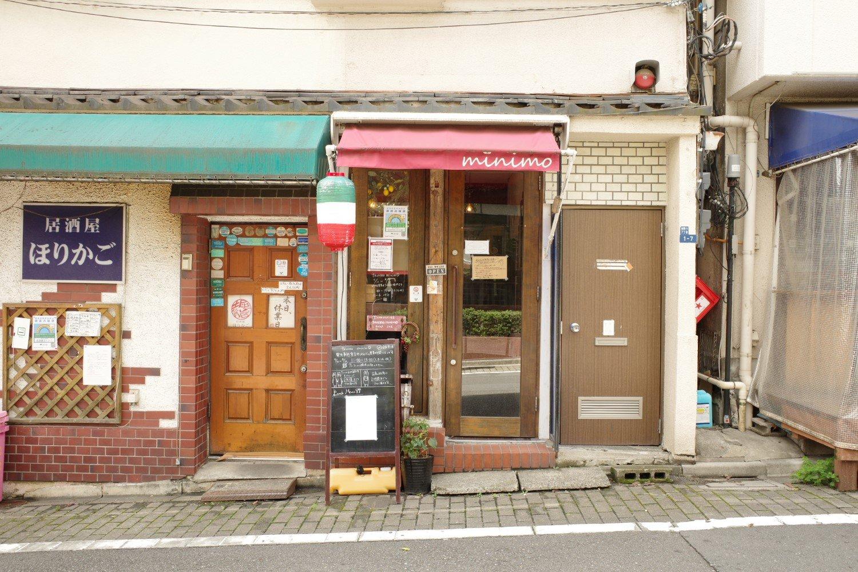 店の幅は扉2つ分。