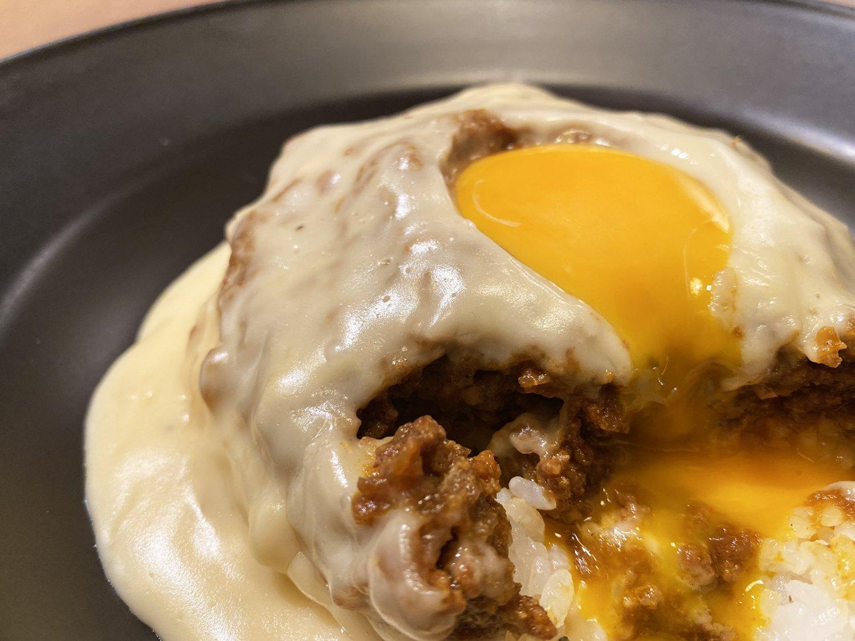 スプーンを入れると、頂上の長壽卵がとろりと溶け出した。