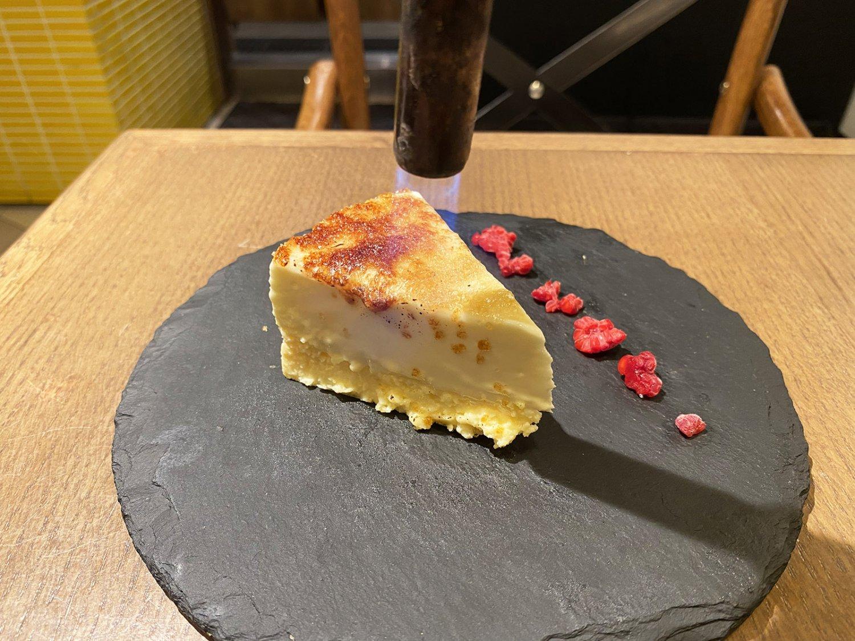 ブリュレチーズケーキは、目の前でバーナーであぶってキャラメリゼしてもらえる。