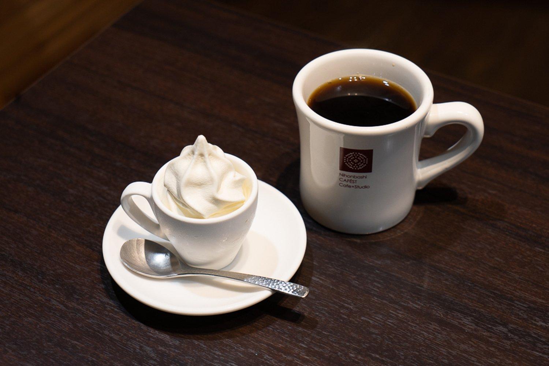 コーヒーは1杯440円。ミニソフトセットにすると520円で、大人がおやつとして食べるには、ちょうどいいサイズのソフトクリームがうれしい。