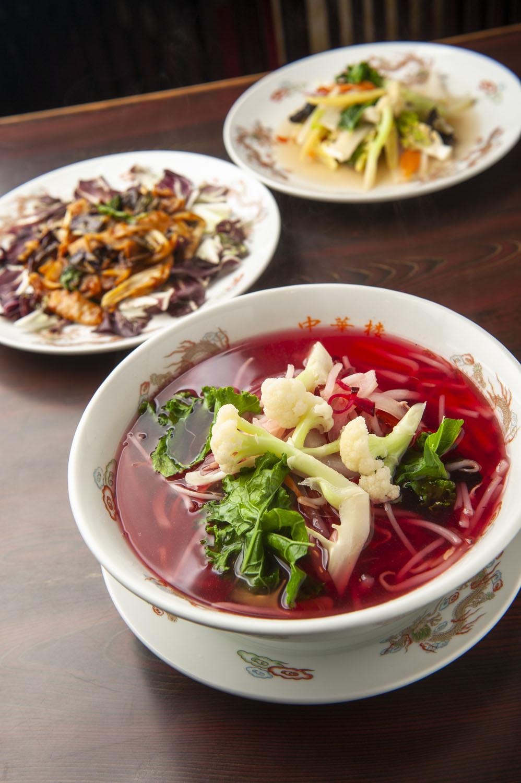 赤くて甘いスープのビーツタンメン1000円、ラディッキオのホイコーロー950円、ヨーロッパ野菜炒め900円。