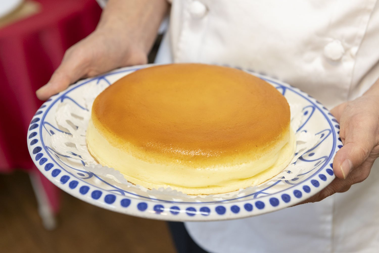 ベイクドダンテ(18cm)3888円。30日間熟成させた極上のチーズケーキ、クオレ・アニモ1万2960円も。