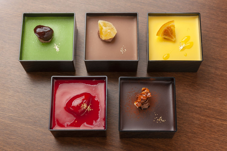 (左上から時計回りに)抹茶、アールグレイ、 ハニーオレンジ、オリジナル、ストロベリー。各500円。