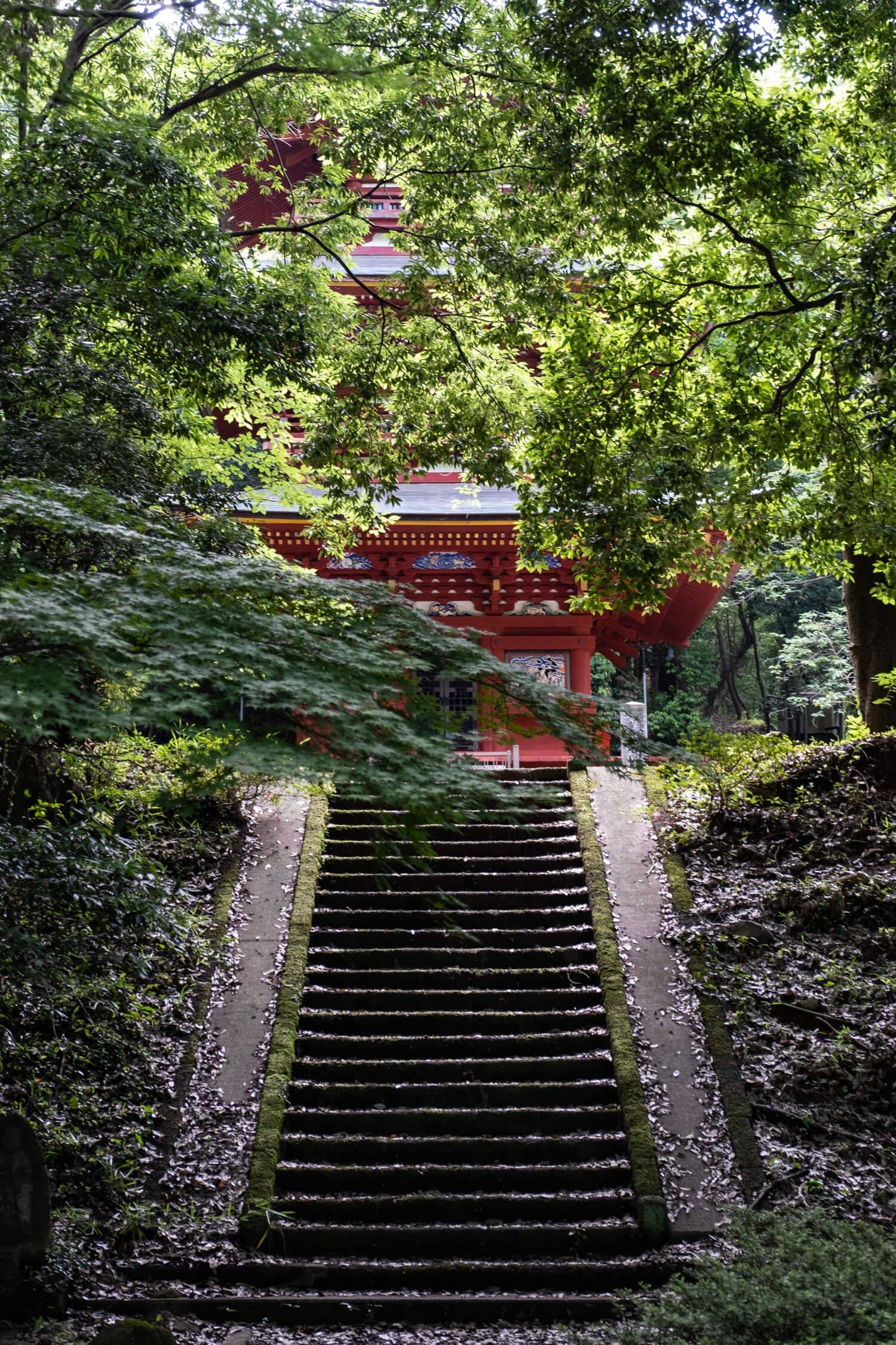 うっそうと生い茂る木々の向こうに高勝寺の三重塔が見えてくる。