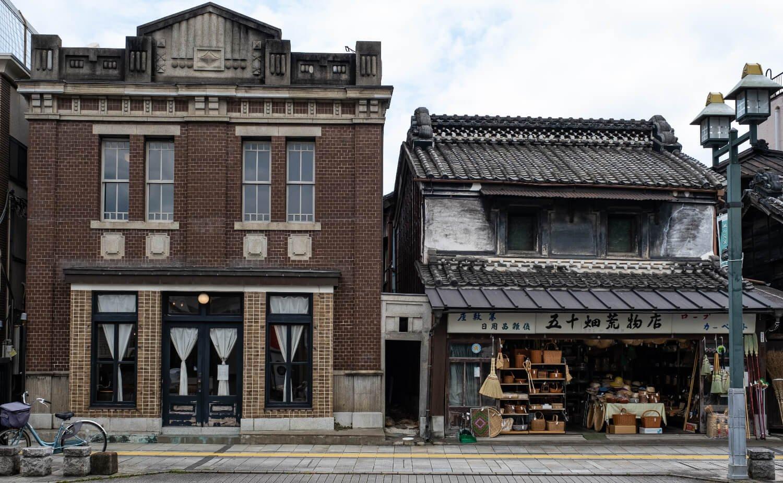 趣の異なる建物が並ぶ様子も目につく蔵の街大通り。