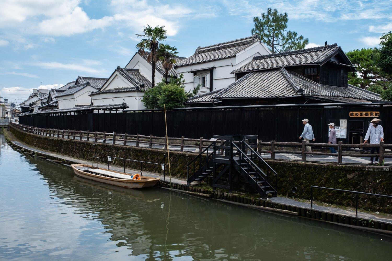 巴波川沿いに黒塀と白壁土蔵が残る、栃木市を代表する景観。