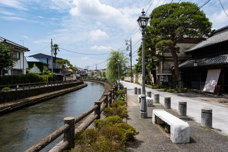 横山郷土館前を流れ下る巴波川。散策路には舟をひいた名残の「綱手道(つなてみち)」の名が付いている。