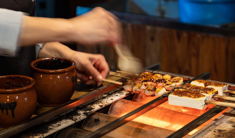 豆腐と里芋の田楽は焼き加減をみながら丁寧に味噌を重ね塗りし、各々の味付けを変えて提供される。