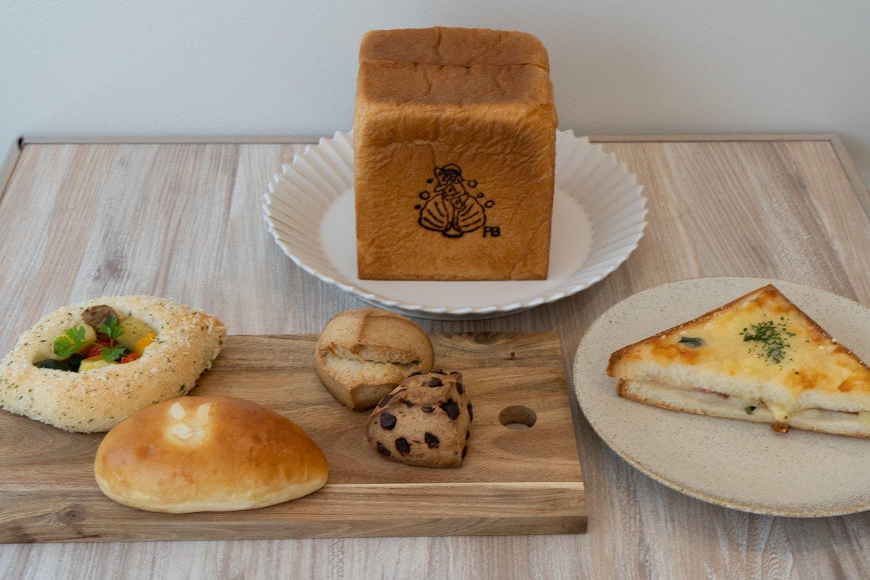 (奥から時計回りに)甘酒食パン650円、焼きカレーパン350円、スコーンチョコ210円、スコーンプレーン160円、クリームパン220円、クロックムッシュ(ポテト)300円。イートインならパンも皿に盛って提供される。