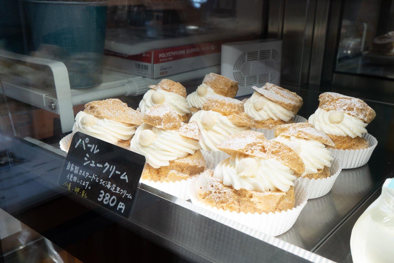 店の名前を冠したパールシュークリームは、ホワイトチョココーティングしたぼうろで真珠をかたどって、真珠貝をイメージ。