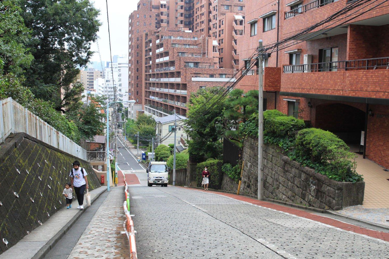 自動車が通行できる道路としては、傾斜・延長距離ともに都心部随一ののぞき坂。