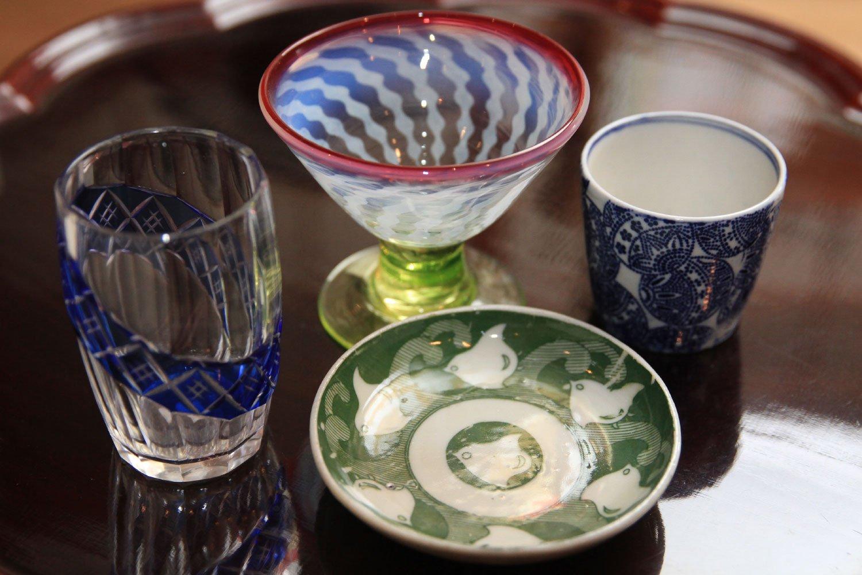 『日吉丸』では印判(絵柄を転写して絵付けした器)の小皿(手前)1500円~や氷カップ(奥)15万円まで幅広い価格帯の骨董品を扱う。