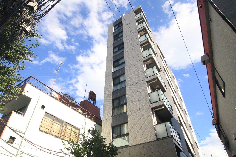 ベージュとグレーを基調としたスタイリッシュな外観が、目白通りの雰囲気に溶け込む「オープンレジデンシア目白avenue」。