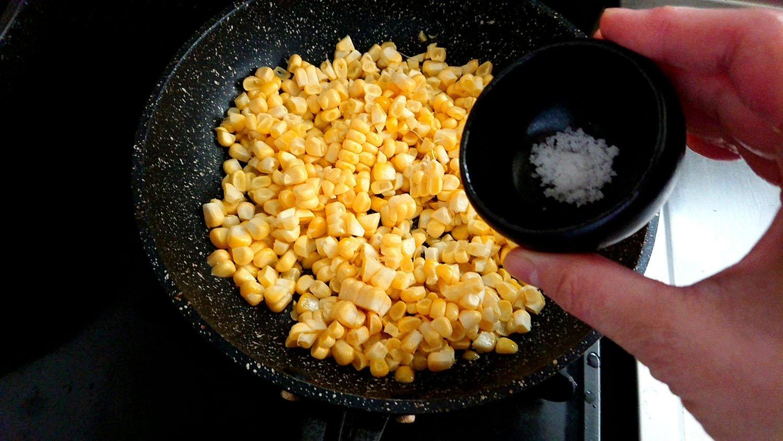 炒めて塩を入れる