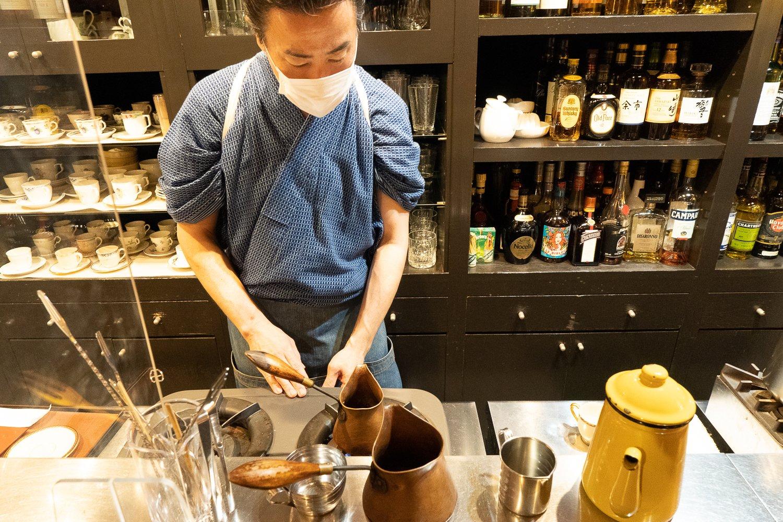 デミタスコーヒーは銅製の小鍋、イブリックで温める。