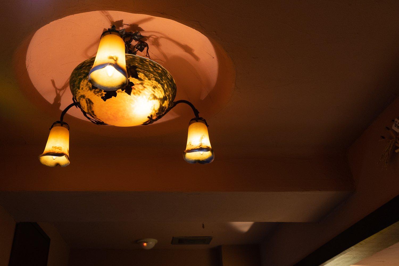 入り口の頭上にはエミール・ガレの照明。
