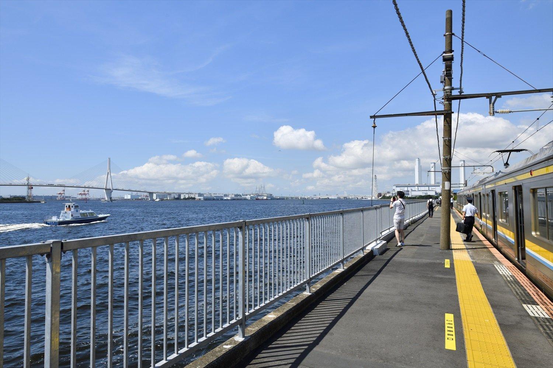 鶴見つばさ橋も見える。関東の駅百選認定駅だ。
