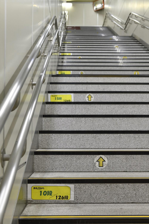 階段に段数を示す貼り紙。2016年当時の駅員の発案で、エスカレーターとエレベーター利用の混雑緩和が狙いだった。