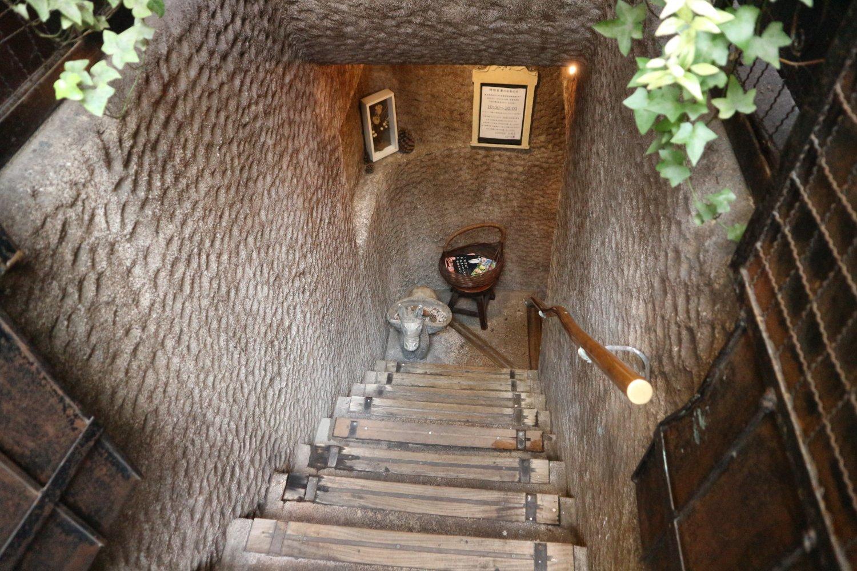 地下へと続く階段を下りていく。