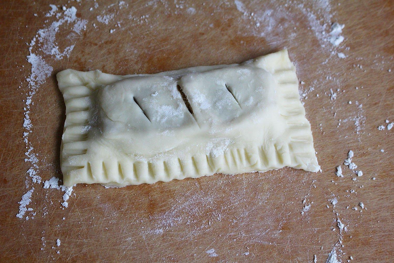 半分に折り、しっかり閉じて、さらにフォークで縁を抑える。ナイフで空気穴を開ける。