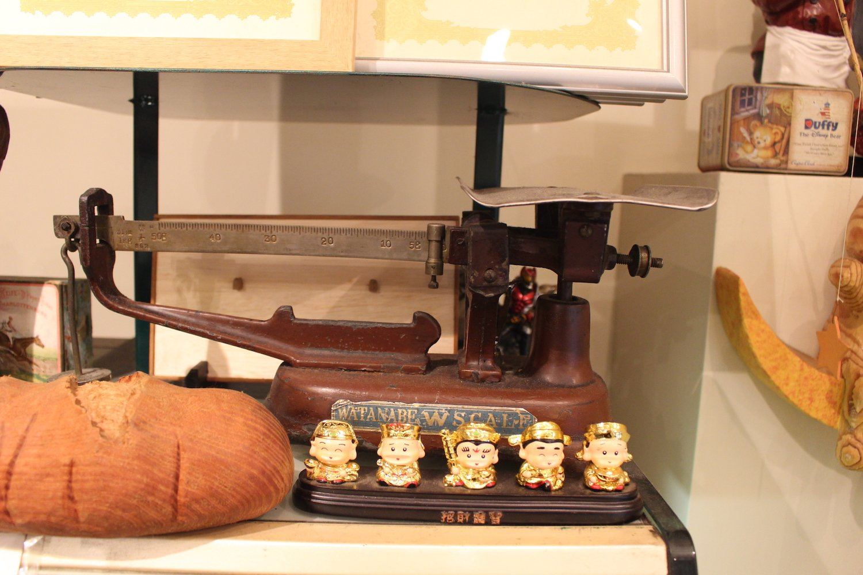 店内には、昔、使われていた秤が。