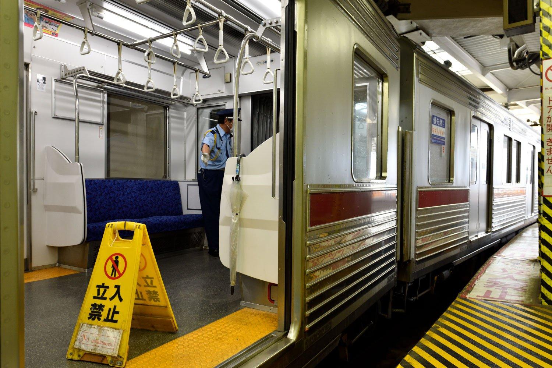 車両との隙間も大きい2番線には、警備員が立ち乗客を案内する。