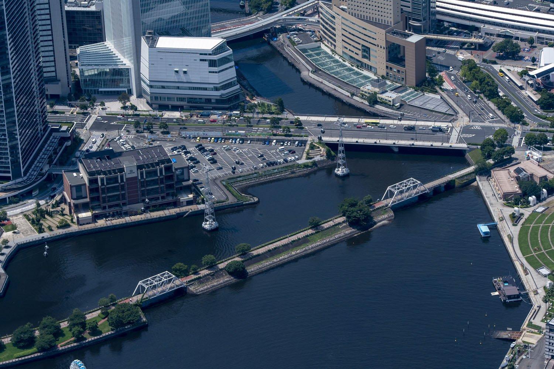 汽車道にある2つのトラス橋。複線のプラットトラスという種類。